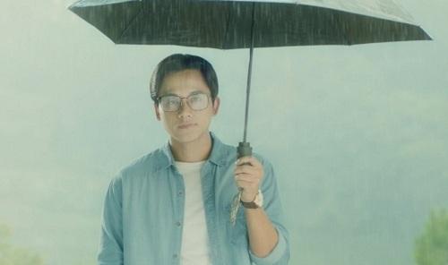 Cảnh mưa xuất hiện nhiều lần trong phim để tăng sựlãng mạn.