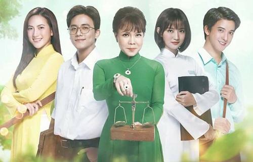 Lúc đầu, Thanh Vy - đóng vai nữ chính trong MV - được xác nhận tham gia bản điện ảnh và đoàn phim còngiới thiệu poster có hình cô (thứ hai từ phải sang). Tuy nhiên, nữ diễn viên rút lui do trùng lịch và Lê Thùy Linh được tuyển vào thể vai.