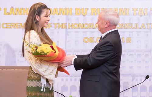 Lý Nhã Kỳ nhận hoa từ Đại sứ Romania tại Việt Nam.