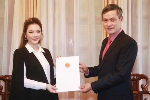 Trợ lý Bộ trưởng Ngoại giao, Cục trưởng Cục Lãnh sự Nguyễn Minh Vũ trao Giấy Chấp nhận lãnh sự cho bà Trần Thị Thanh Nhàn.