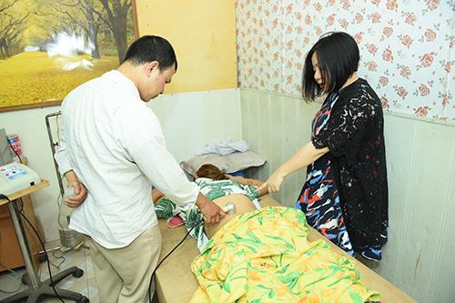 Võ Hoàng Yến được bác sĩ chữa trị.
