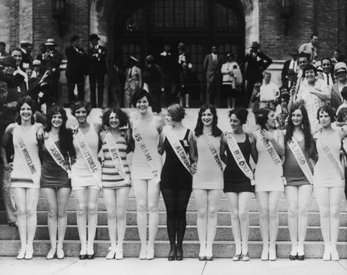 Thí sinh Miss America vào năm 1927 tại Atlantic City với trang phục thể thao khoe chân.