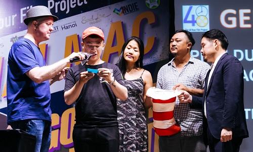 Ông Ross Stewart (trái)- đại diện ban tổ chức - hỗ trợ thí sinh bốc thăm.Từ phải sang: Bảo Nguyễn, Phan Gia Nhật Linh và Jenni Trang Lê.