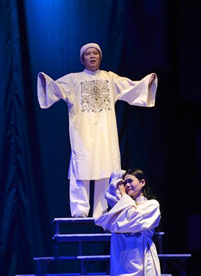 Ngoài vai trò thiết kế trang phục, Nhà thiết kế Sĩ Hoàng còn tham gia vào vở kịch bằng vai diễn Thái giám Nguyễn Hiền. Ảnh: Mạnh Hảo