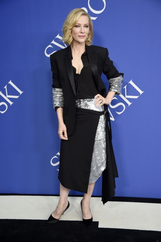 'Thiên thần' Lily Aldridge đẹp nhất tuần với đầm xuyên thấu