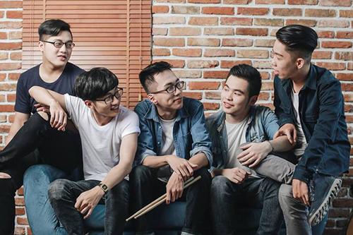Nhóm nhạc Sweepy với các thành viên (trừ trái sang): Hải Minh, Dương Quốc Đạt, Hiếu Nguyễn, Đường Hán Trung, Hoàng Vũ.