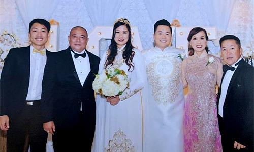 Lê Tuấn Anh (thứ hai từ trái sang) dự tiệc cưới của con gái.