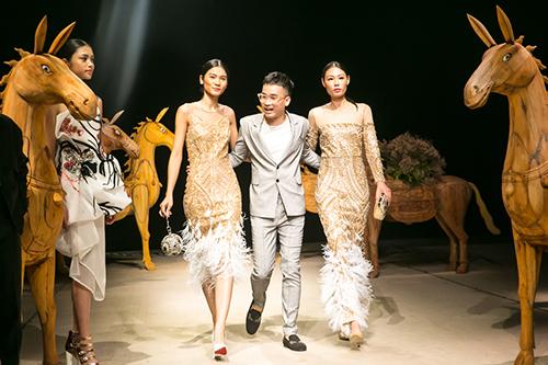 Hà Duy và người mẫu trong show diễn ở Tuần lễ thời trang Việt Nam 2017.