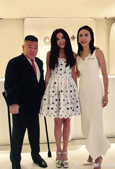 Lê Tư và chồng chụp ảnh kỷ niệm cùng Ôn Bích Hà (giữa). Hai người đẹp từng là nghệ sĩ của đài TVB thập niên 1990.