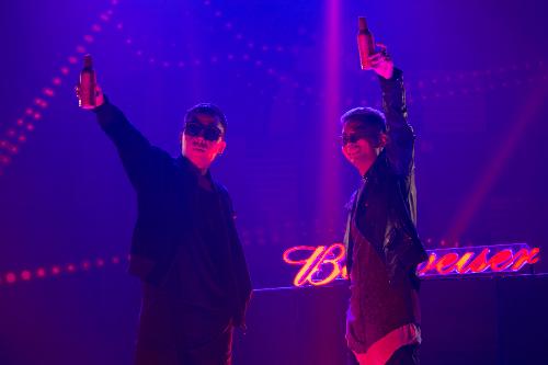 Hoàng Touliver và Rhymastic đồng sáng tác ca khúc cổ động giải bóng đá lớn nhất hành tinh, dựa trên ý tưởng của thương hiệu Budweiser - nhà tài trợ bia chính thức của World Cup 2018.