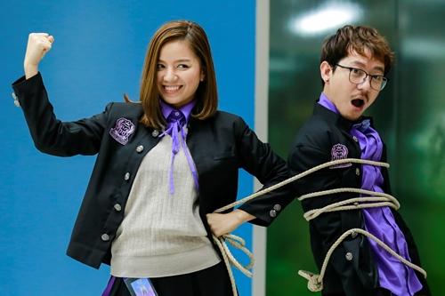 Hạ Anh (trái) trong phim mới.