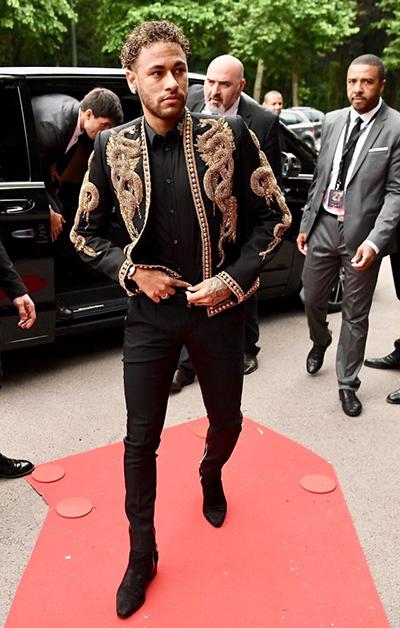 Mới đây, Neymarxuất hiệnấn tượng ở giải thưởng Ligue 1 với áo khoác mang họa tiết rắn vàng của Balmain, kết hợp bốt da lộn và quần skinny.