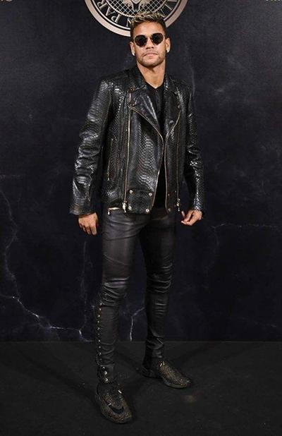 Ở Paris Fashion Week hồi tháng 9 năm ngoái, Neymar ghi điểm với áo biker da rắn 4.175 bảng