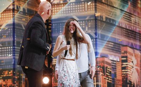 Giám khảo Howie Mandel (trái) chia sẻ niềm vui với Courtney trên sân khấu. Ảnh: NBC.