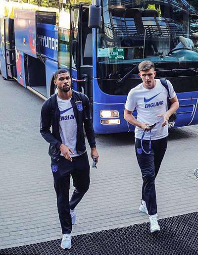 Các chàng trai của Anh diện tracksuit của Nike.