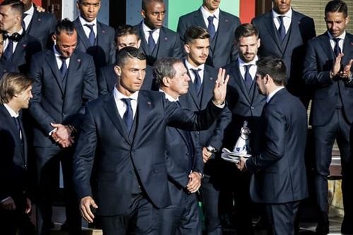Bồ Đào Nha chọn suit xanh tím than với sơ mi trắng, cà vạt xanh dương.