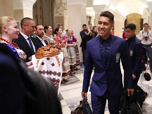 Brazil gây ấn tượng với vẻ lịch lãm trong bộ cánh màuxanh dương từ suit đến sơ mi,cà vạt. Điểm nhấn của bộ cánh nằm ở chiếcphù hiệu đặc trưng của quốc gia in trên blazer.