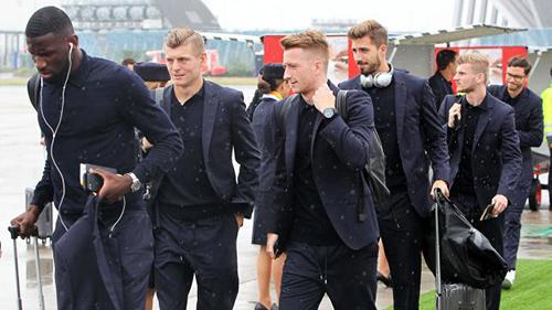 Vẻ đẹp lạnh lùng, sang trọng toát lên từ bộ trang phục màu xanh hải quân của đội tuyển Đức.