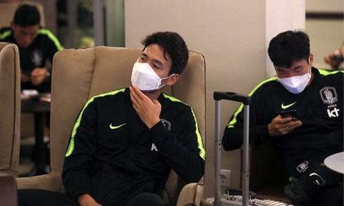 Các cầu thủ Hàn Quốc được đánh giá luôn đi đầu về xu hướng thời trang. Họ tới Nga trong chiếc áo khoác thể thao màu đen với đường viền xanh neon được lăng xê trong show Xuân Hè 2018 củaChristopher Raeburn vàChristopher Shannon. Không giống những cầu thủ khác, họ luôn đeo khẩu trang ngay cả trên máy bay - phong cách đặc trưng của những ngôi sao Kpop.