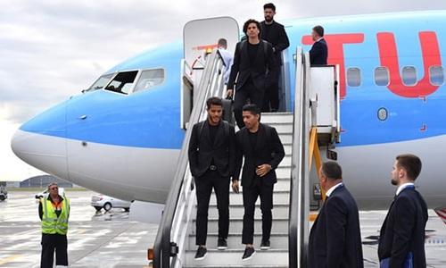 Đội tuyển Mexico đến Nga trong trang phục đen cả cây gồm áo phông ôm cơ thể, blazer, quần âu và sneakers. Họ dùng thắt lưng mặt kim loại làm điểm nhấn.