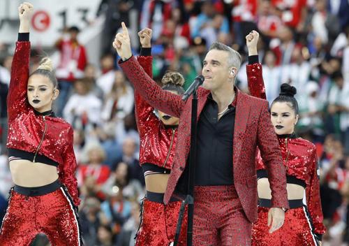 Robbie Williams biểu diễn mở màn World Cup 2018. Ảnh: AP.