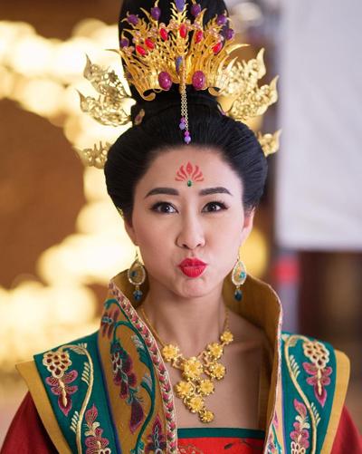 Trước bàn tán của khán giả, Hồ Định Hân đăng trên trang cá nhân bức ảnh hậu trường Tâm cung kế 2,