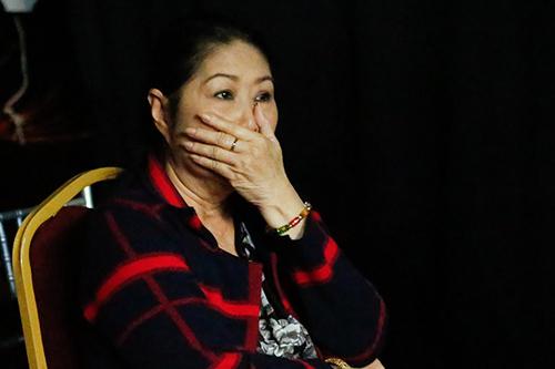 Nghệ sĩ Kim Phượng khóc theo dõi con hát.