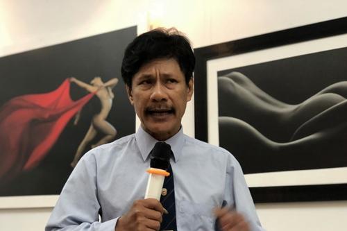 Nhiếp ảnh gia Thái Phiên trong buổi triển lãm.