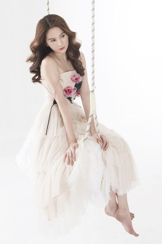 Ngọc Trinh hóa công chúa với đầm xẻ sâu