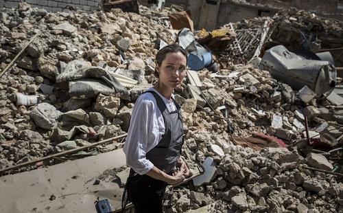 Angelina Jolie tại một khu vực từng là chiến trường. Ảnh: AFP.