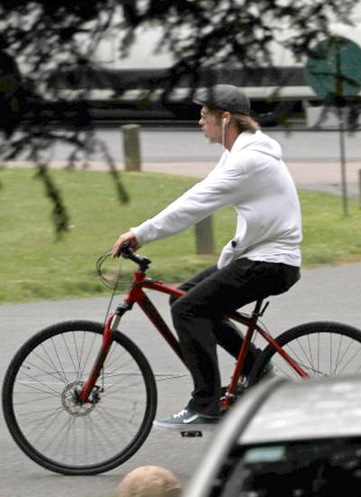 Ngày 15/6, Brad Pitt đạp xe ở Anh khi đến nước này thăm các con. Angelina Jolie thuê nhà sống cùng sáu con tại London để tiện quay phim Maleficent 2. Ảnh: Dailymail.