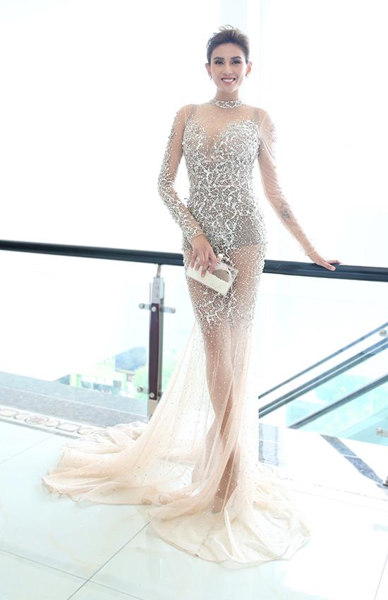 Võ Hoàng Yến diện váy đuôi cá xuyên thấu