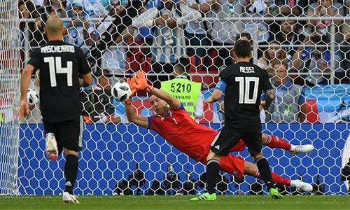 Messi bị thủ môn Halldorsson từ chối trong tình huống đá 11 mét. Ảnh: Reuters.