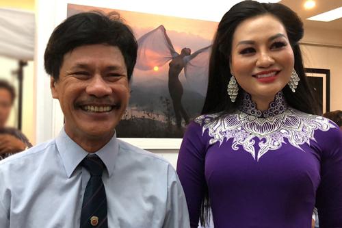 Thái Phiên bên một người mẫu ảnh nude ở buổi khai mạc triển lãm ngày 16/6.