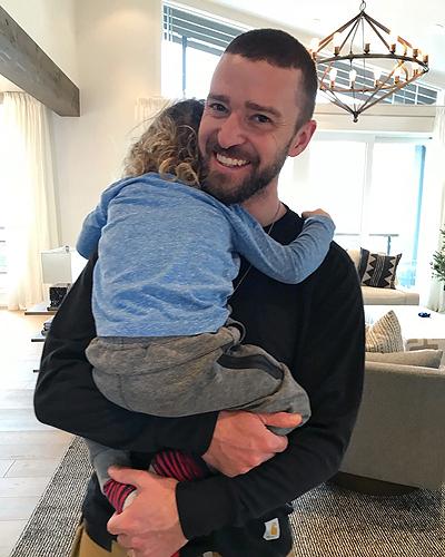Justin Timberlake thổ lộ cảm xúc khi trở thành bố: Ba năm qua tôi đã có những niềm vui mà bản thân chưa từng tưởng tượng. Trở thành bố là một hành trình tuyệt vời để khám phá mỗi ngày. Con trai, thật hãnh diện khi được làm bố của con. Con khiến bố cảm nhận được tình yêu mà trước đây bố không biết. Bố sẽ luôn ở đó để nâng đỡ mỗi khi con ngã, nhắc con rằng sự tử tế sẽ đưa con vượt qua cuộc đời. Ca sĩ có con trai Silas cùng diễn viên Jessica Biel.