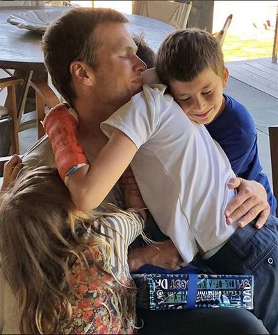Siêu mẫu Gisele Bundchen đăng ảnh chồng cô - cầu thủ Tom Brady - đang ôm ba con và viết: Chúc mừng ngày của cha tới ông bố giàu tình yêu thương nhất thế giới. Chúng em yêu anh.
