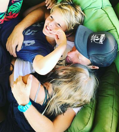 Gwyneth Paltrow đăng khoảnh khắc hai con cô vui vẻ bên bố - Chris Martin. Cặp sao đã chia tay nhưng vẫn duy trì tình bạn.