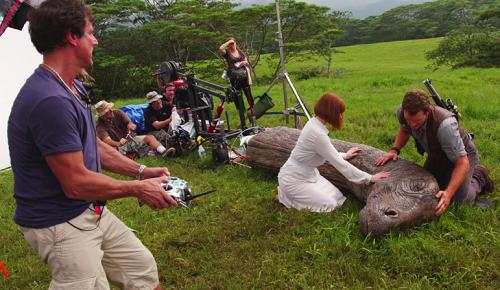 Trong cảnh Owen (Chris Pratt đóng) và Claire (Bryce Dallas Howard đóng) chăm sóc một khủng long cổ dài, các nhà làm phim chỉ tạo hình phần cổ khủng long, còn phần thân được làm từ công nghệ máy tính.