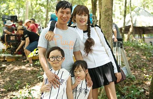 Lý Hải, Minh Hà cùng các con trên trường quay.