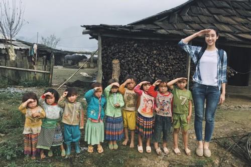 Hoa hậu Mỹ Linh trong lần thực hiện dự án mang điện đến thôn Cu Vaiở Yên Bái.