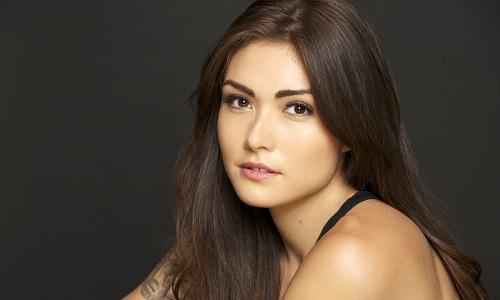 Daniella Pineda là nữ diễn viên mang hai quốc tịch Mỹ và Mexico, đóng một số phim truyền hình như American Odyssey và The Detour trước khi tham gia loạt phim về công viên khủng long.