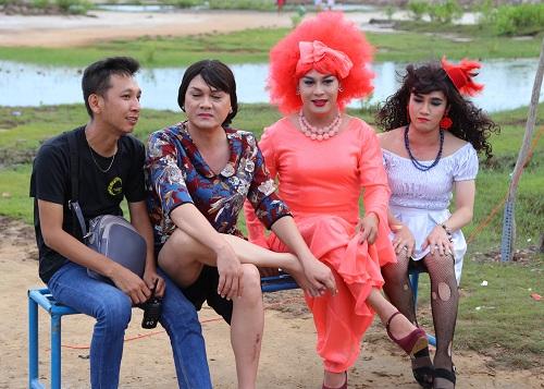 Đạo diễn Huỳnh Tuấn Anh và NSƯT Hữu Châu (thứ 2 từ trái qua) cùng các diễn viên trong phim Lô tô.