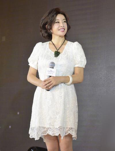Lưu Hiểu Khánh giữ phong cách thời trang trẻ trung, năng động.