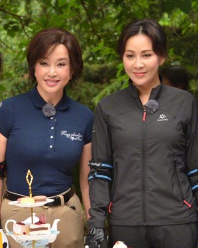 Lưu Hiểu Khánh (trái) bên Lưu Gia Linh tại sự kiện gần đây.