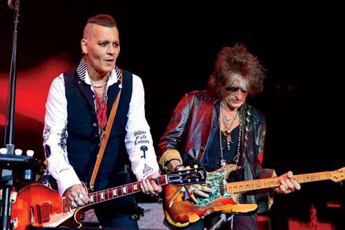 Johnny Depp đi diễn cùng nhóm Hollywood Vampires để quên nỗi buồn ly hôn.