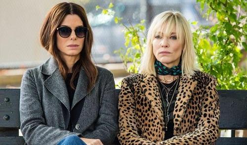 Sandra Bullock (trái) và Cate Blanchett trong phim.