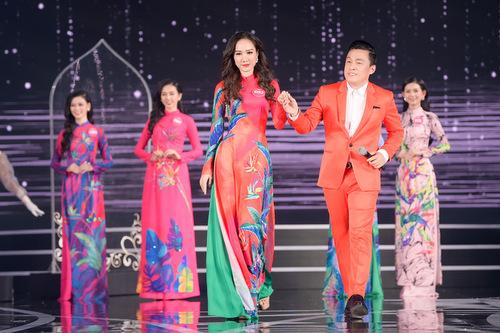 Lam Trường nâng bước các người đẹp trong phần thi áo dài với Gót hồng. Năm 1998, ca sĩ cũng từng thể hiện ca khúc này tại đêm chung kết cuộc thi Hoa hậu Việt Nam.