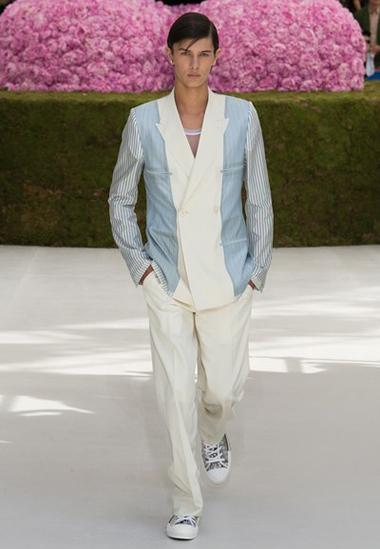 Hoàng tử Đan Mạch lịch lãm trong trang phục của Dior. Bộ sưu tập mới dành cho nam giới của hãng lấy cảm hứng chủ đạo từ suit.