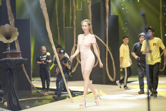 Ngọc Trinh diện váy bó sát luyện catwalk