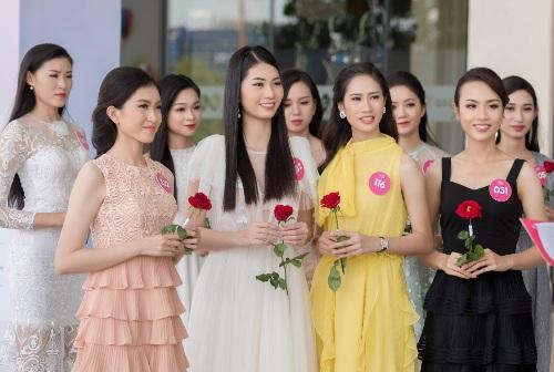 Các thí sinh nhận đề thi từ hoa hậu Mỹ Linh.